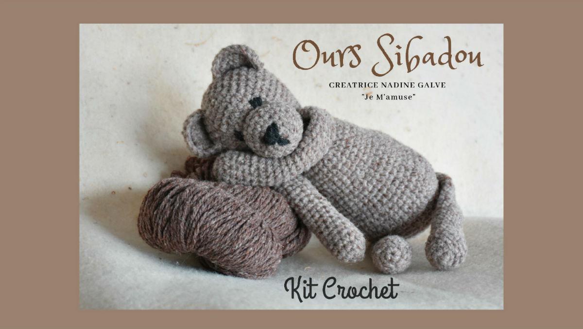 Kit crochet laine . Ours Sibadou allongé sur un écheveau de laine Sibada