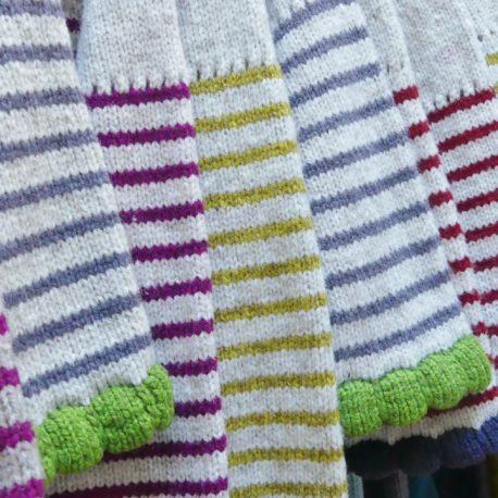 Alignement de pulls et robe en laine dans l'atelier