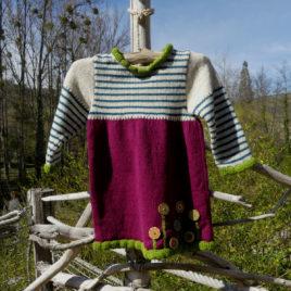 Robe Shanna d'une couleur dominante framboise, le haut est couleur poivre blanc rayé couleur bleu