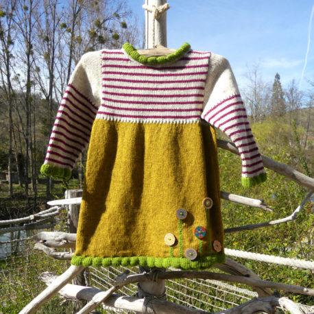 Robe en laine d'une couleur dominante ocre pour le bas et d'une couleurs claire avec des rayures couleur framboise sur le haut