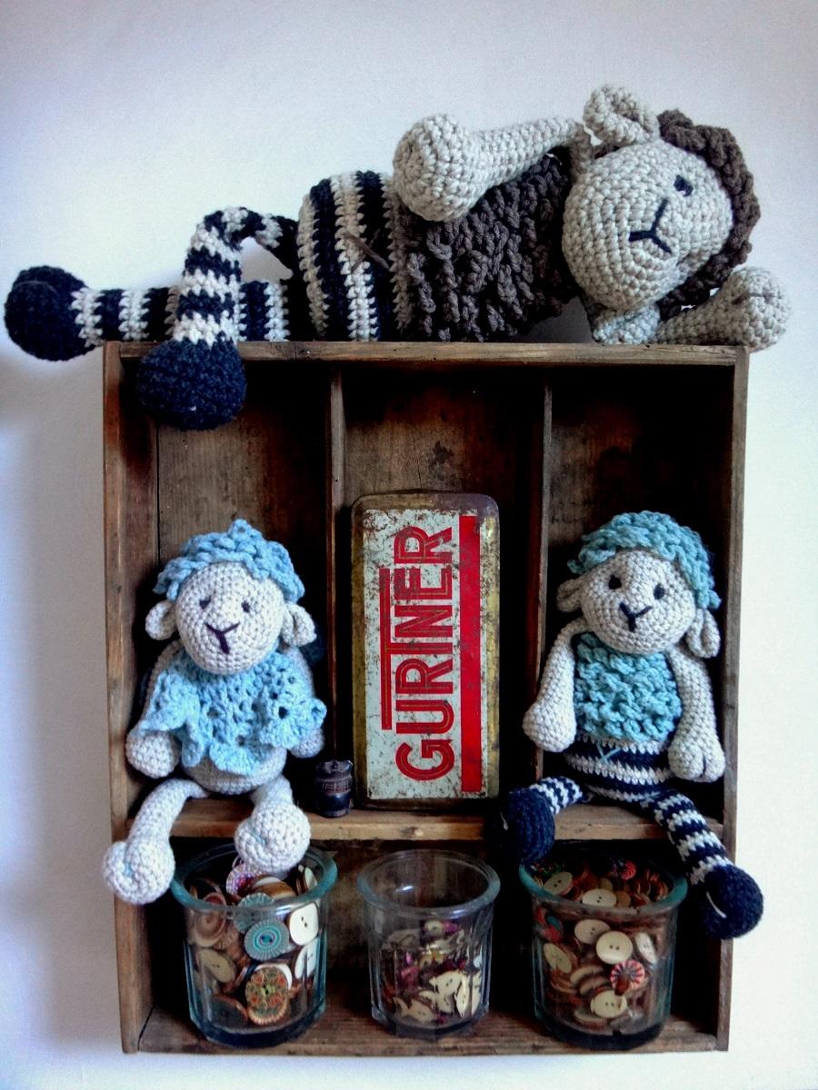 Etgére en bois avec 3 doudou mouton en déco et récipient pour les boutons , plus une boite en fer ancienne.